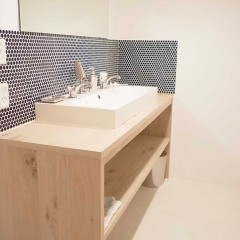 キッチンと同材の洗面台は目いっぱいの幅で作り、収納力抜群に。
