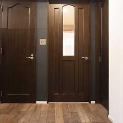 玄関を開けて出迎えてくれるのはブラックに塗装した壁。
