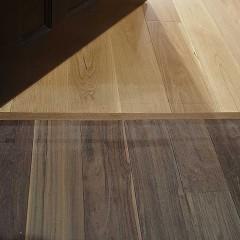 部屋はオーク、ろうかはウォルナットと床材を貼り分けてゾーニング。