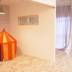 壁の色やカーテンは色を変え、変化を付けます。
