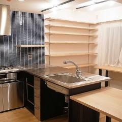 キッチンはステンレスとアイアンで造作。
