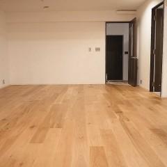床材はオーク。既存の建具に合う明るい色を選択。