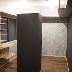 まるまる一部屋をウォークイン仕様に。この黒い箱は・・・?