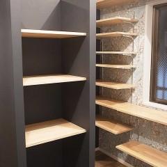無駄になりそうだった真ん中のスペースに棚を造作しました。