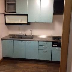 施工前①キッチンは壁付、またリビングと仕切られていました。