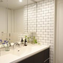 洗面台の横に貼られたタイルはDIYで。