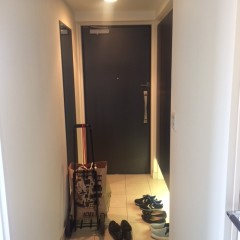 解体前。玄関までまっすぐな廊下は、なかなか広さを感じにくい