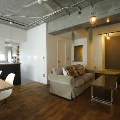 L字のリビングを上手く利用した家具の配置。