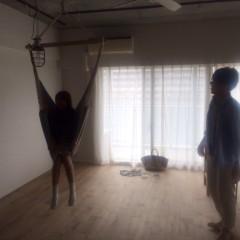 完工後、家具が入る前。ハンモックの乗り心地試し中のご夫妻。