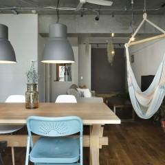 グレーと白を基調としながら、所々に家具で色のアクセント。