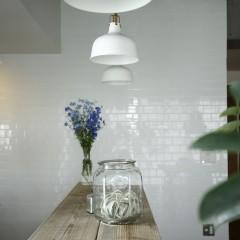 気持ちよく配列された照明の向こうに見えるタイルはなんと施主様のDIYによるもの。