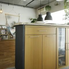 施主様が作ったカウンターは既製品の食器棚がぴったり入る寸法。