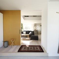 内装はシンプルに白、木、ベージュ。そこにヴィンテージのラグや布がアクセント。