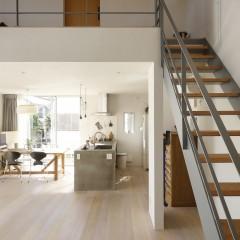 階段の踏み板は建具と合わせ、統一感を持たせました。