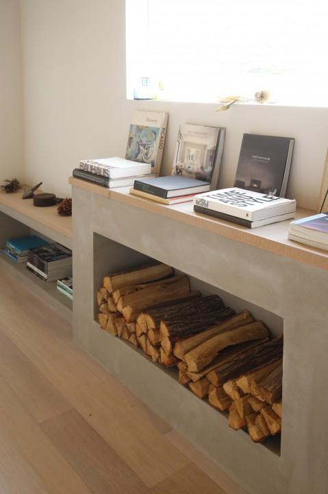 廊下に造った暖炉(風)は、ちょっと腰かけたり本や雑貨を飾ったりするフリースペース。