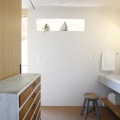 洗面スペースにも、やはりヴィンテージのシェルフが。インテリア、そして収納を兼ね備えています