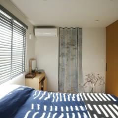 こちらは寝室。カーテンの向こうはほぼ全ての収納を賄える5畳のWICを作りました。