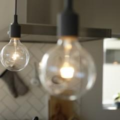 料理をする手元を優しく照らす灯りもアンティークランプ。