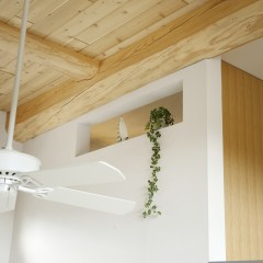 2F洗面に設けた飾り窓。季節によって飾る植物を変えるのも楽しみの一つだそう。