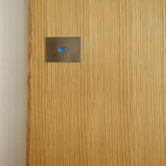 トイレの鍵はスクエアでシャープな印象。
