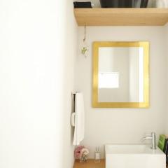 トイレの中の鏡は枠を真鍮で作りました。だんだんと味わいがでてくるのが楽しみ。