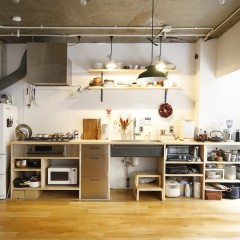 様々なグッズがピタッと収納されている様は、まさにかざるキッチン。