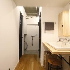 まとめがちな水廻りですが、こちらの洗面台は廊下に設置。