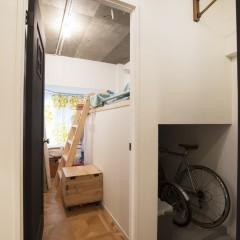玄関には自転車を収納できるスペース!部屋に入ると現れたのはロフト。