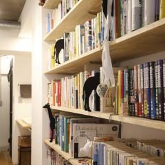 廊下に面して天井いっぱいに造った本棚には趣味の書物がたくさん。
