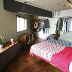 部屋を広く使用するため、オープン収納で納めました。