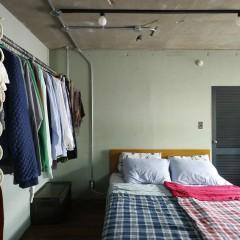 壁面がグリーンでも部屋が落ち着いた印象なのは、使う色を抑えているから。