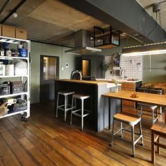 キッチンはパナソニック、カウンターは造作。梁と同様黒に塗装。