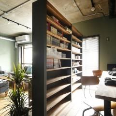 リビングの一角にワークスペース。本棚も木、グリーン、黒で造作。