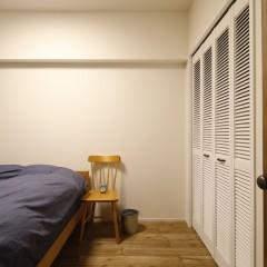寝室クローゼットは壁に合わせた白塗装を施しつつ、ルーバードアでアクセント。