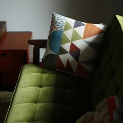 柄がかわいいクッションカバーはグリーンのソファに合わせたもの。