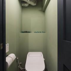 トイレの天井も躯体現しにして狭いけど広い、そんなスペースへ。