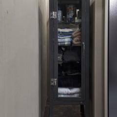 ニッチにぴったり納まる家具は黒