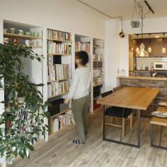 好きな本や雑貨を見渡せる本棚をリビングに造り付け。
