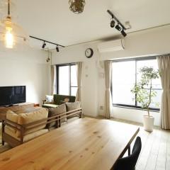 低く揃えた家具のおかげで空間がより広く見える。