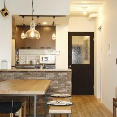 キッチンの取っ手やドアに黒を使い、空間を引き締め。
