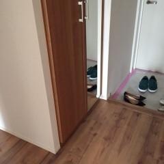 下駄箱は木目の扉の上から黒いシートを貼って再利用。