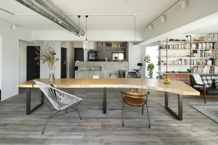 70㎡ 1Rの部屋の主役、一枚板でできたトチの木のテーブル。