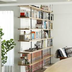 本と雑貨がセンス良く並べられた本棚。