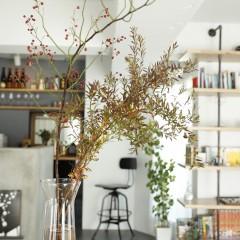 大きなテーブルにぽんと飾られたドウダンツツジ。季節の花を飾って楽しんでいるそう。