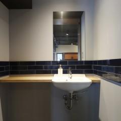 手洗いは藍染の暖簾と合わせた紺色のタイルを張り付け。