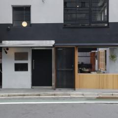 外観。右の黒いドアが1Fワインバー遅桜へ、左の黒いドアが2F創作料理 綺羅星への入り口。