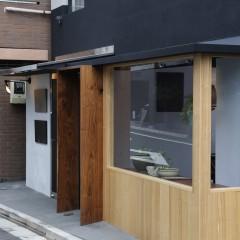 ウォルナットのドア枠とタモの窓枠が特徴の外観です。
