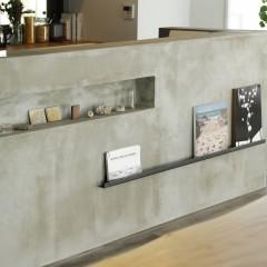 モルタルで作ったカウンターには、スリットとレールを組み合わせ本や雑貨を飾るスペースに。
