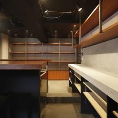 カウンターはブビンガ材を乗せ土台を黒塗装。棚はブビンガ材、受けはステンレスで作りました。