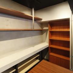 造作棚を取り付けた壁面はモルタル仕上げ。